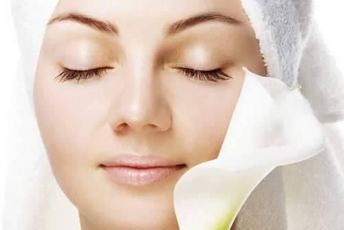 أفضل الوصفات الطبيعية لتفتيح البشرة وتخلص من اسمرار الوجه من أول تجربة