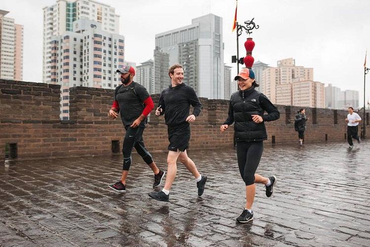شاهد صور مؤسس فيس بوك في رياضة الركض مع فريقه