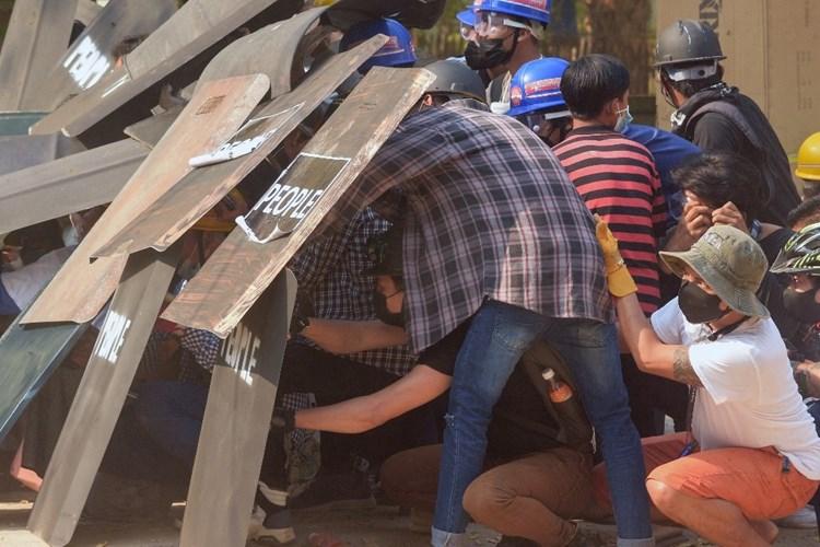 اعتقال عدد من المتظاهرين في بورما رافضين للانقلاب